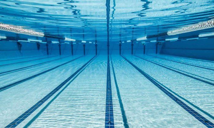 Como funciona a limpeza da piscina com cloro?