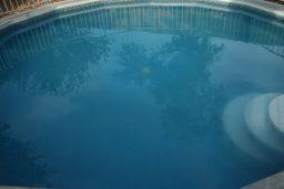 Água da piscina leitosa, opaca ou esbranquiçada