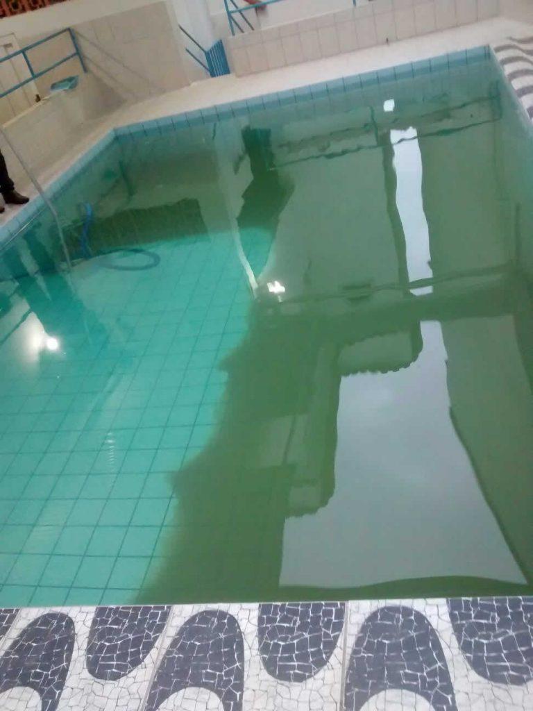Aspirando os metais da piscina