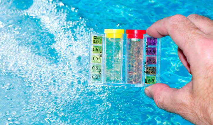 Ajuste o pH para remover a mancha da piscina