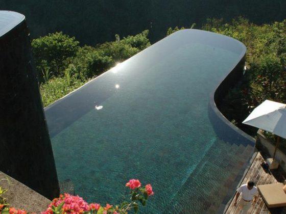 Ubud Hanging Gardens, Indonésia - A piscina de borda infinita do hotel possui dois níveis e está localizada sobre uma estonteante floresta tropical