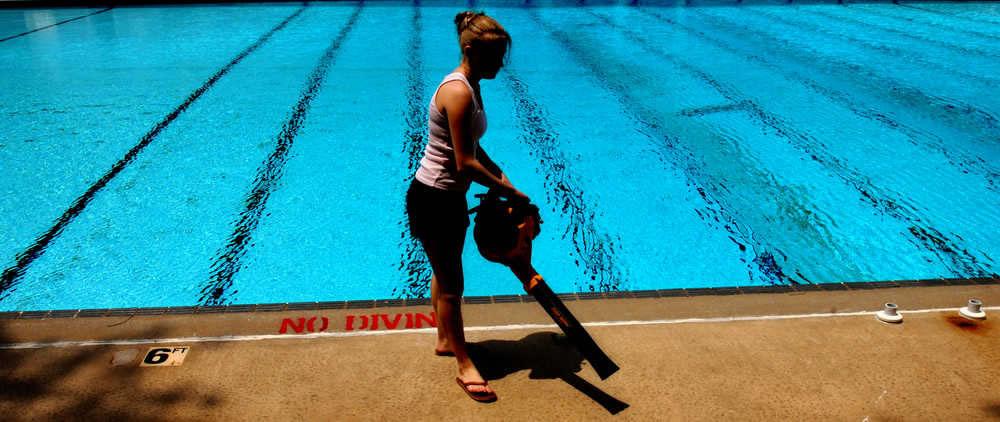 Limpar o entorno da piscina - tratamento físico da piscina
