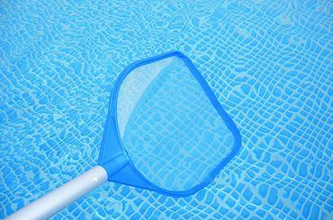 Passar a peneira na piscina - tratamento físico da piscina