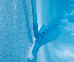 Escovação das paredes e do fundo da piscina
