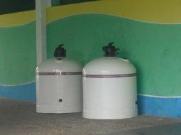 Limpeza em piscina com dois filtros. Numa piscina com 2 filtros, quando for fazer a limpeza drenando pode usar um filtro só?