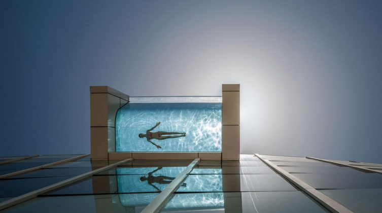 Piscina suspensa do Intercontinental Festival City, em Dubai