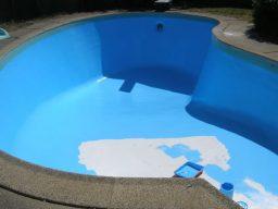 Aplicar uma mão de primer acrílico ou esmalte acetinado na piscina