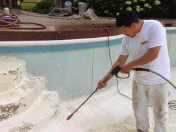 Esvaziar a piscina e fazer uma limpeza minuciosa