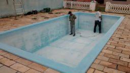 Lixar completamente a superfície da piscina