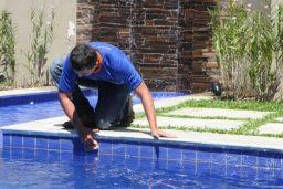 Oleosidade na borda da piscina