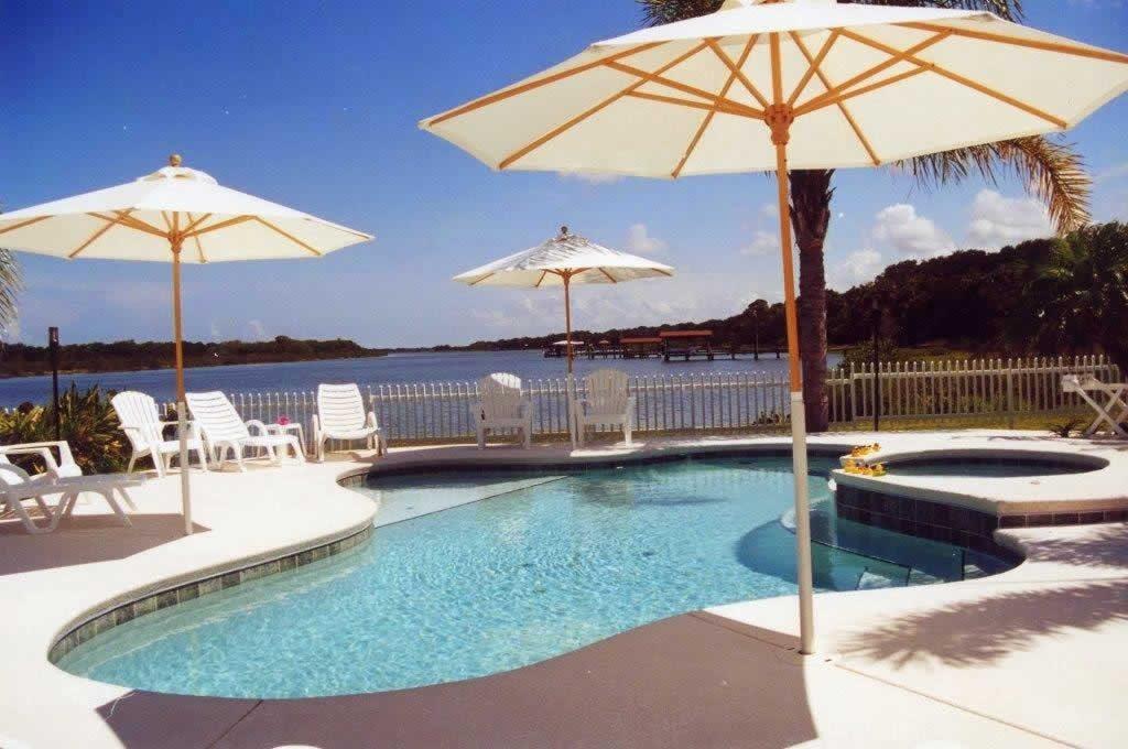 Ombrelone branco para piscina