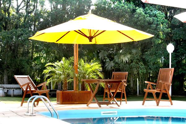 Ombrelone colorido para piscina