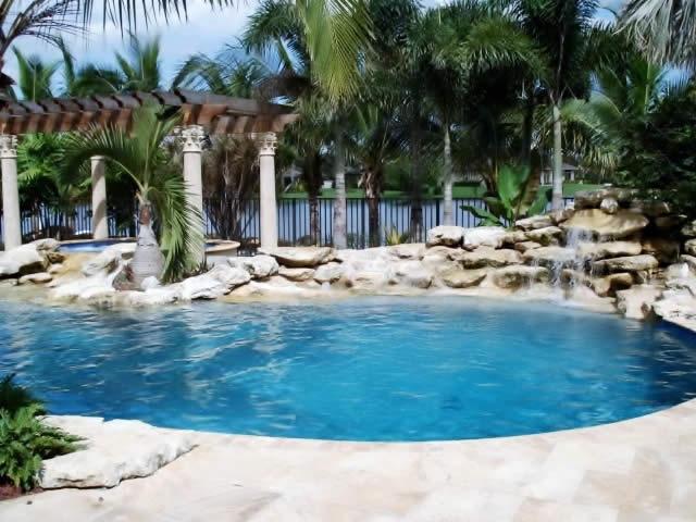 Piscina natural um lago em casa - Fotos de piscina ...