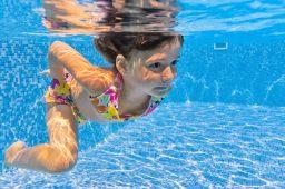 Caça ao tesouro na piscina