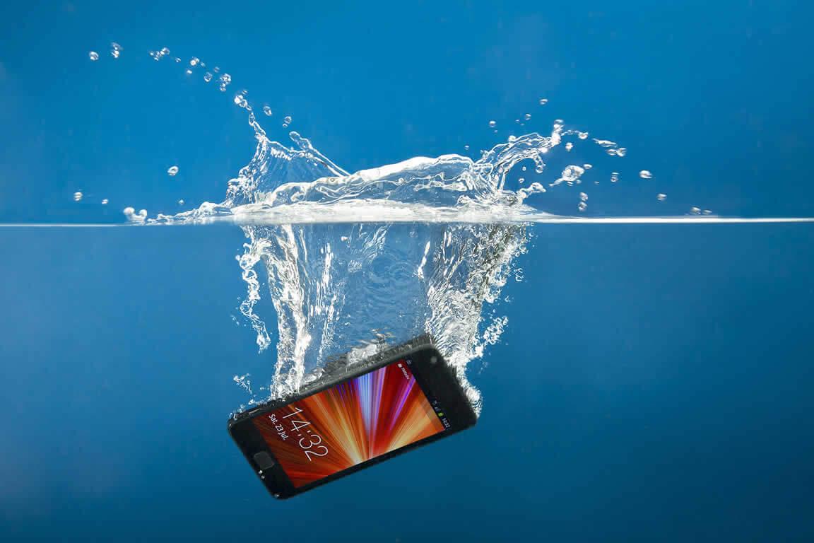 O que fazer com um telefone que caiu na piscina