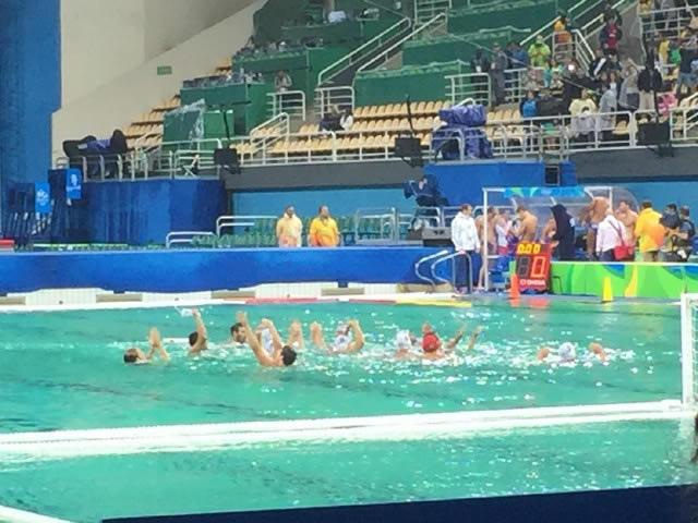 Piscina do Polo Aquático Rio 2016 ficando verde