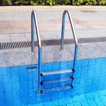 Limpar a escada da piscina