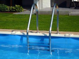 Limpeza da escada da piscina