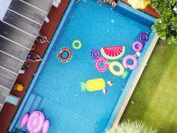 A piscina para a festa