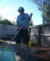 Escovar a piscina
